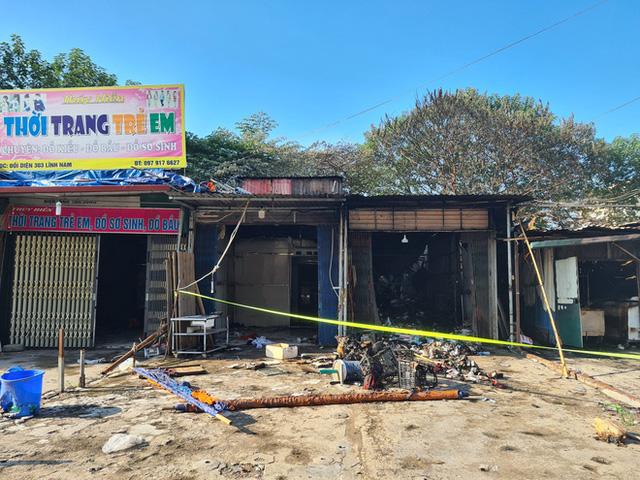 Hà Nội: Cháy lớn 4 ki ốt kinh doanh tại chợ tạm lúc rạng sáng, khói lớn bốc cao ngùn ngụt - Ảnh 2.