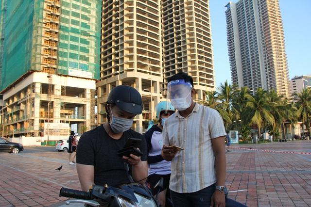 Chùm ảnh: Người dân Đà Nẵng phấn khích ngày đầu được tắm biển trở lại  - Ảnh 2.