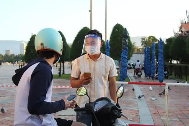 Chùm ảnh: Người dân Đà Nẵng phấn khích ngày đầu được tắm biển trở lại  - Ảnh 3.
