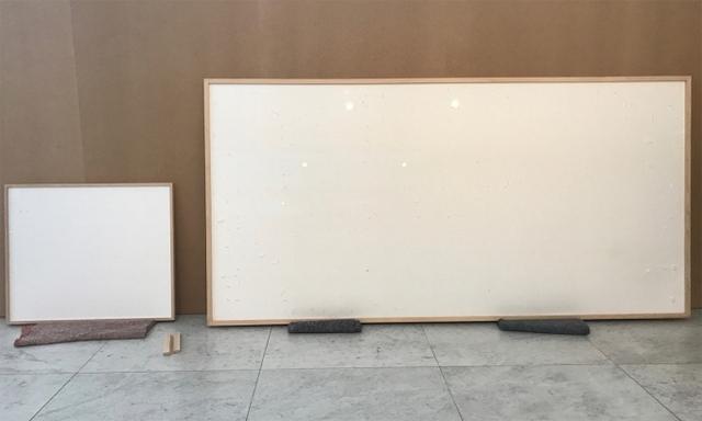 Nhận 84.000 USD, họa sĩ giao tác phẩm là 2 tấm vải trắng với tựa đề Ôm tiền chạy mất: Lý do đưa ra khiến ai cũng bất ngờ! - Ảnh 2.