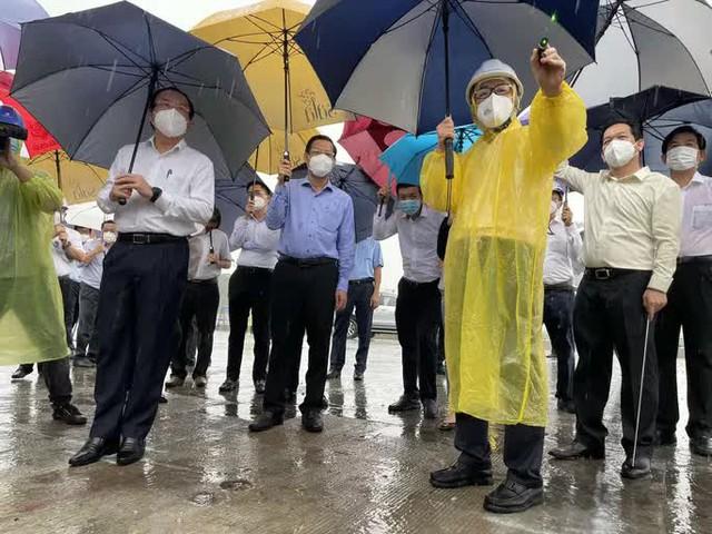 Bí thư Nguyễn Văn Nên thị sát cầu Thủ Thiêm 2 trong mưa  - Ảnh 1.