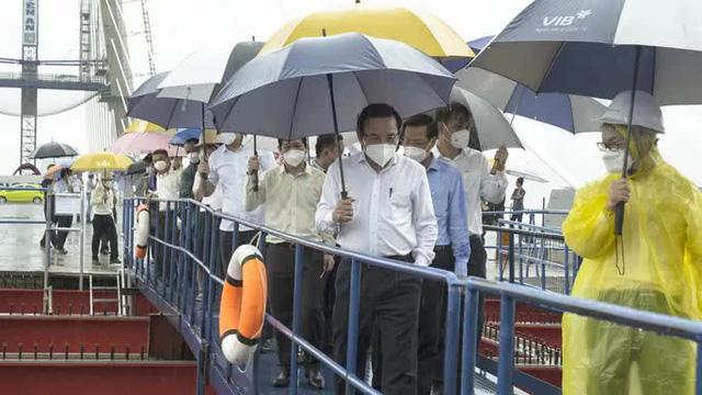 Bí thư Nguyễn Văn Nên thị sát cầu Thủ Thiêm 2 trong mưa  - Ảnh 2.