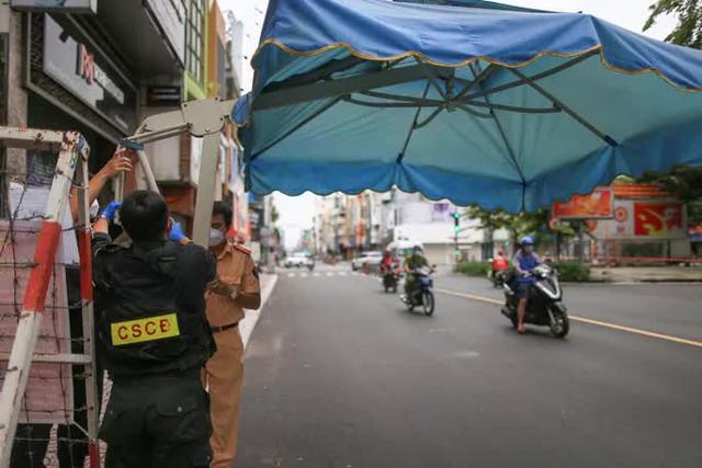 Gỡ bỏ rào chắn, đường phố TP HCM thông thoáng trở lại  - Ảnh 2.