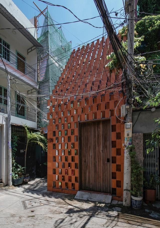Xiêu lòng với ngôi nhà 30m2 sâu trong hẻm nhỏ Sài Gòn, mặt tiền toàn gạch gốm hút gió và ánh sáng trên cả tuyệt vời - Ảnh 1.