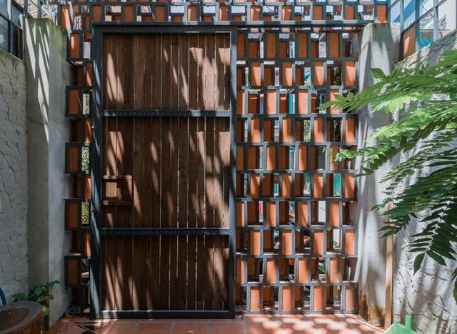 Xiêu lòng với ngôi nhà 30m2 sâu trong hẻm nhỏ Sài Gòn, mặt tiền toàn gạch gốm hút gió và ánh sáng trên cả tuyệt vời - Ảnh 3.
