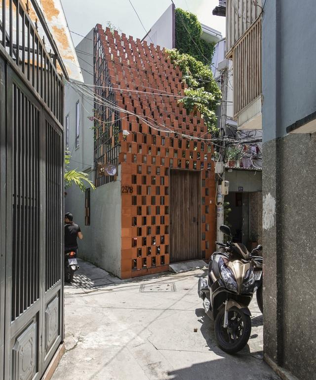 Xiêu lòng với ngôi nhà 30m2 sâu trong hẻm nhỏ Sài Gòn, mặt tiền toàn gạch gốm hút gió và ánh sáng trên cả tuyệt vời - Ảnh 2.