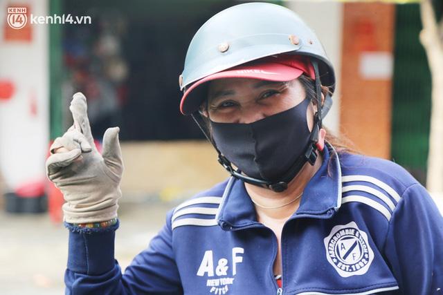Buổi chiều như 30 Tết ở Sài Gòn sau gần 90 ngày giãn cách: Người dọn dẹp nhà cửa, người dắt xe đi sửa, ai cũng háo hức đợi ngày mai nới lỏng - Ảnh 1.