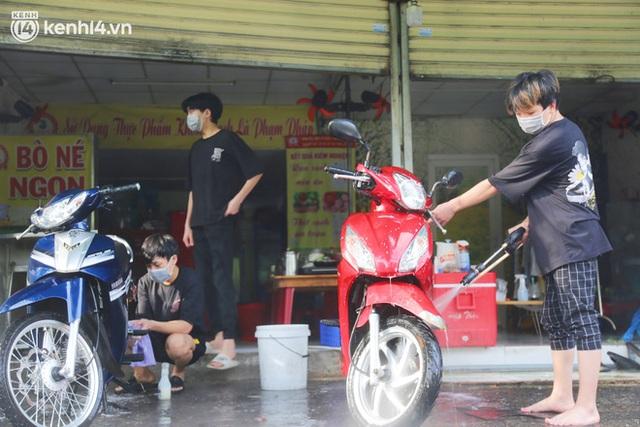 Buổi chiều như 30 Tết ở Sài Gòn sau gần 90 ngày giãn cách: Người dọn dẹp nhà cửa, người dắt xe đi sửa, ai cũng háo hức đợi ngày mai nới lỏng - Ảnh 2.