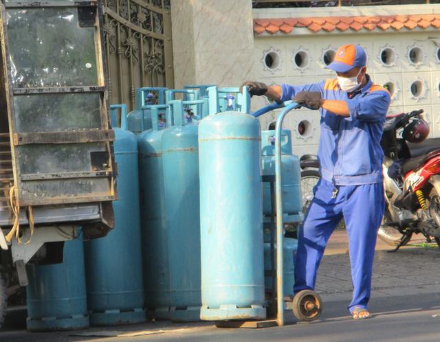 Gas tăng giá sốc 42.000 đồng/bình 12 kg từ ngày 1-10  - Ảnh 1.