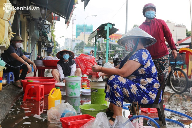 Buổi chiều như 30 Tết ở Sài Gòn sau gần 90 ngày giãn cách: Người dọn dẹp nhà cửa, người dắt xe đi sửa, ai cũng háo hức đợi ngày mai nới lỏng - Ảnh 11.