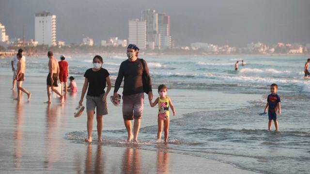 Người dân Đà Nẵng đổ ra tắm biển sau hơn 2 tháng  - Ảnh 12.
