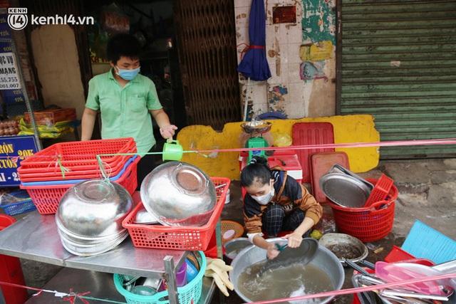 Buổi chiều như 30 Tết ở Sài Gòn sau gần 90 ngày giãn cách: Người dọn dẹp nhà cửa, người dắt xe đi sửa, ai cũng háo hức đợi ngày mai nới lỏng - Ảnh 12.