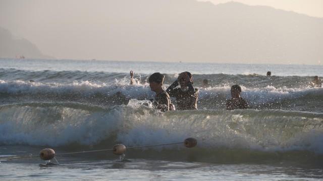 Người dân Đà Nẵng đổ ra tắm biển sau hơn 2 tháng  - Ảnh 13.