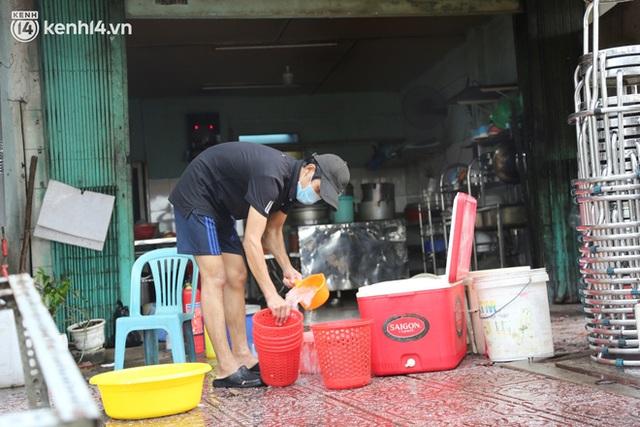 Buổi chiều như 30 Tết ở Sài Gòn sau gần 90 ngày giãn cách: Người dọn dẹp nhà cửa, người dắt xe đi sửa, ai cũng háo hức đợi ngày mai nới lỏng - Ảnh 13.