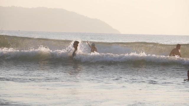 Người dân Đà Nẵng đổ ra tắm biển sau hơn 2 tháng  - Ảnh 14.