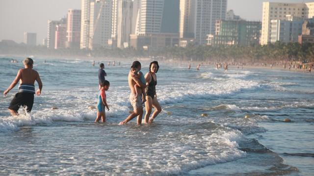 Người dân Đà Nẵng đổ ra tắm biển sau hơn 2 tháng  - Ảnh 15.