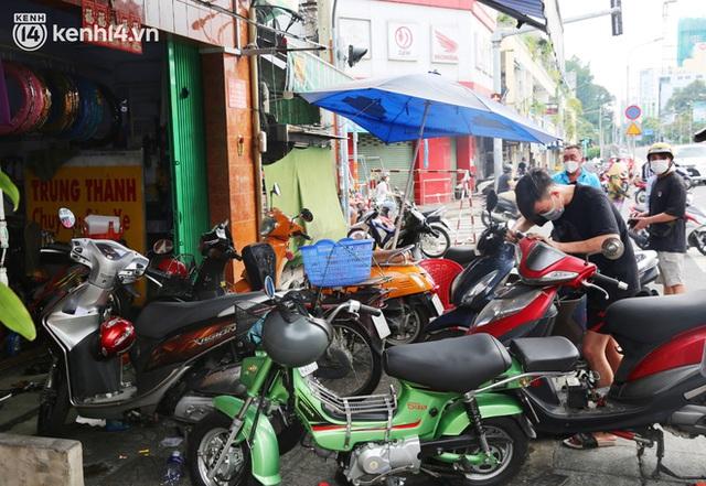 Buổi chiều như 30 Tết ở Sài Gòn sau gần 90 ngày giãn cách: Người dọn dẹp nhà cửa, người dắt xe đi sửa, ai cũng háo hức đợi ngày mai nới lỏng - Ảnh 15.