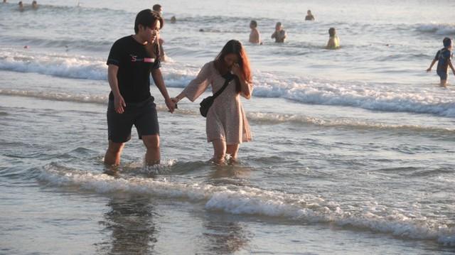 Người dân Đà Nẵng đổ ra tắm biển sau hơn 2 tháng  - Ảnh 17.