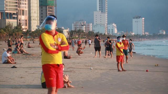 Người dân Đà Nẵng đổ ra tắm biển sau hơn 2 tháng  - Ảnh 18.