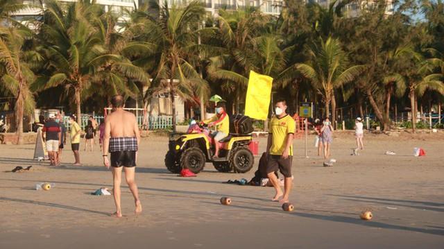 Người dân Đà Nẵng đổ ra tắm biển sau hơn 2 tháng  - Ảnh 20.