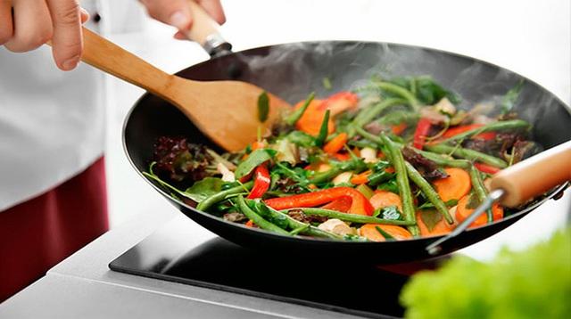Dùng chảo chống dính hết date để nấu nướng, nhiều người bỏ qua bước quan trọng này, chuyên gia liền lên tiếng ngay - Ảnh 3.