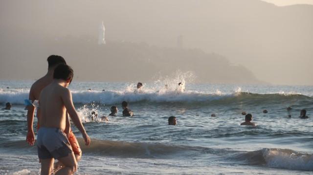 Người dân Đà Nẵng đổ ra tắm biển sau hơn 2 tháng  - Ảnh 21.