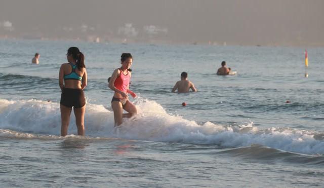 Người dân Đà Nẵng đổ ra tắm biển sau hơn 2 tháng  - Ảnh 22.