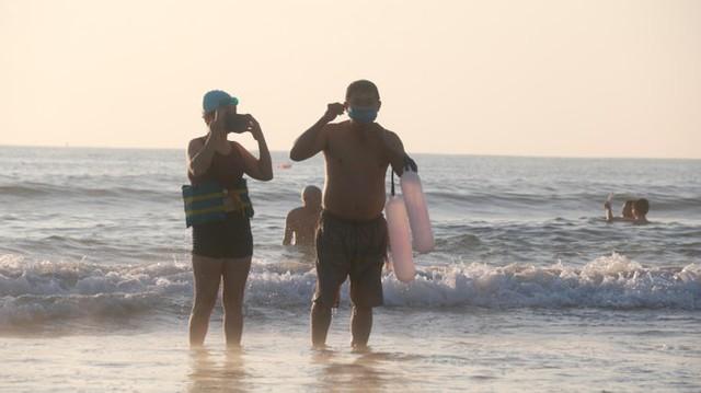 Người dân Đà Nẵng đổ ra tắm biển sau hơn 2 tháng  - Ảnh 23.