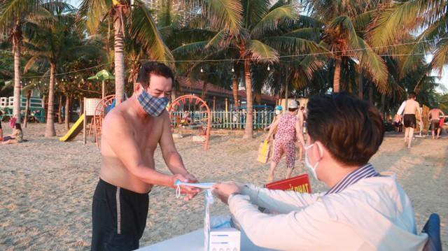 Người dân Đà Nẵng đổ ra tắm biển sau hơn 2 tháng  - Ảnh 24.