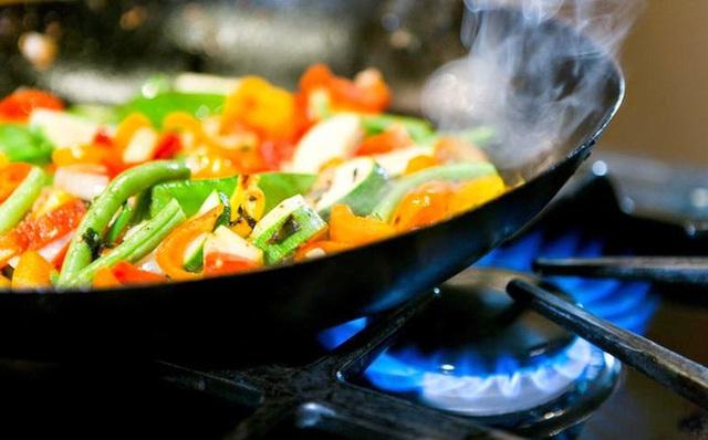 Dùng chảo chống dính hết date để nấu nướng, nhiều người bỏ qua bước quan trọng này, chuyên gia liền lên tiếng ngay - Ảnh 4.