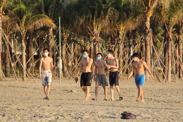 Chùm ảnh: Người dân Đà Nẵng phấn khích ngày đầu được tắm biển trở lại  - Ảnh 5.