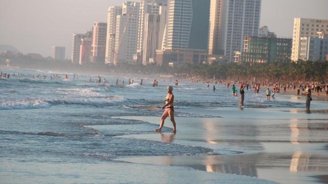 Người dân Đà Nẵng đổ ra tắm biển sau hơn 2 tháng  - Ảnh 5.