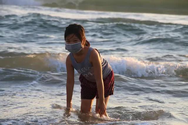 Chùm ảnh: Người dân Đà Nẵng phấn khích ngày đầu được tắm biển trở lại  - Ảnh 6.