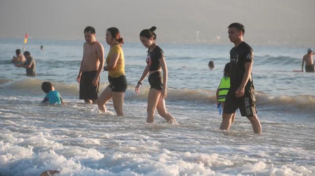 Người dân Đà Nẵng đổ ra tắm biển sau hơn 2 tháng  - Ảnh 7.