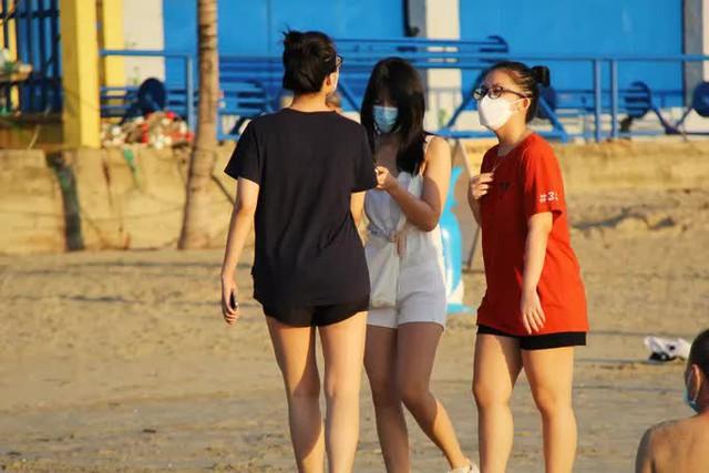 Chùm ảnh: Người dân Đà Nẵng phấn khích ngày đầu được tắm biển trở lại  - Ảnh 8.