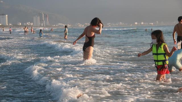 Người dân Đà Nẵng đổ ra tắm biển sau hơn 2 tháng  - Ảnh 8.