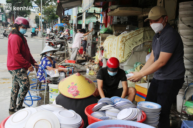 Buổi chiều như 30 Tết ở Sài Gòn sau gần 90 ngày giãn cách: Người dọn dẹp nhà cửa, người dắt xe đi sửa, ai cũng háo hức đợi ngày mai nới lỏng - Ảnh 9.