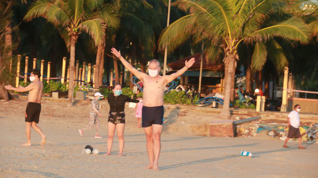 Người dân Đà Nẵng đổ ra tắm biển sau hơn 2 tháng  - Ảnh 10.