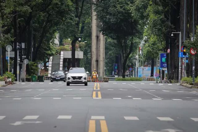 Gỡ bỏ rào chắn, đường phố TP HCM thông thoáng trở lại  - Ảnh 10.