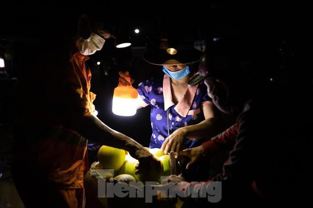Đội đèn xuyên đêm bán bưởi Phúc Trạch đặc sản  - Ảnh 4.
