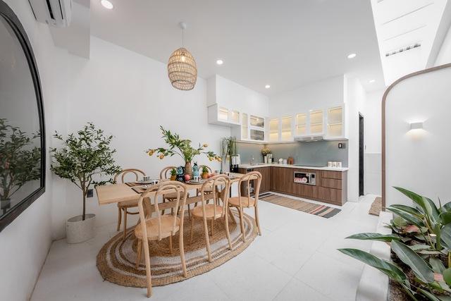 Gia chủ chi gần 2 tỷ biến căn nhà phố gần 200m2 thành không gian sống xanh mướt với sân vườn giữa nhà - Ảnh 4.