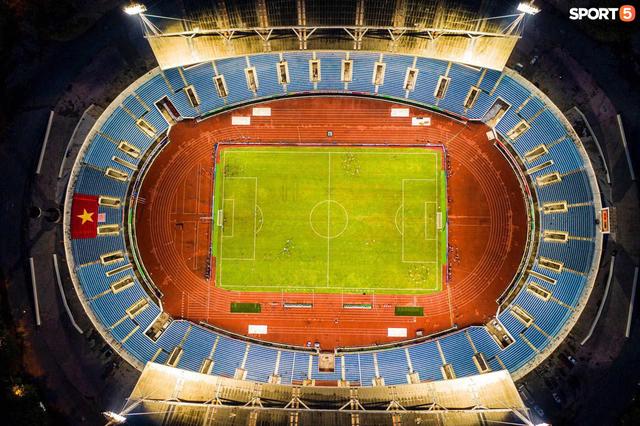 Khán đài sân Mỹ Đình trống vắng trong ngày trọng đại của bóng đá Việt Nam: Xung quanh chỉ có ghế thôi  - Ảnh 1.