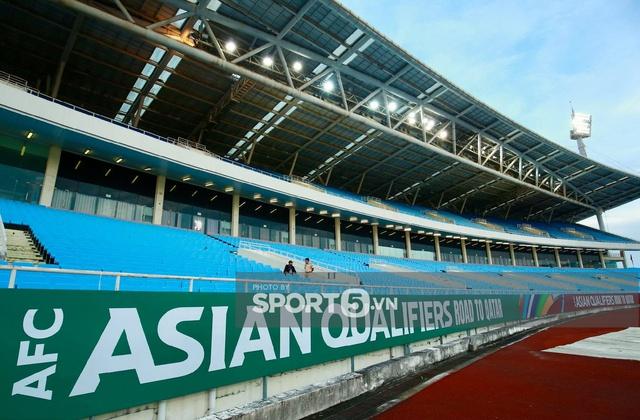 Khán đài sân Mỹ Đình trống vắng trong ngày trọng đại của bóng đá Việt Nam: Xung quanh chỉ có ghế thôi  - Ảnh 2.