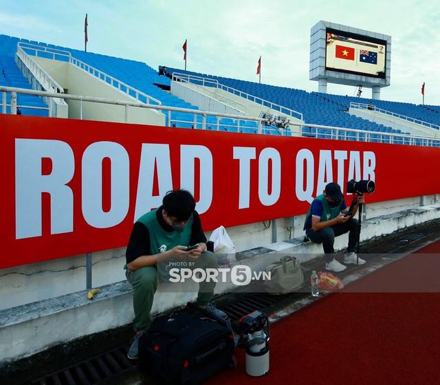 Khán đài sân Mỹ Đình trống vắng trong ngày trọng đại của bóng đá Việt Nam: Xung quanh chỉ có ghế thôi  - Ảnh 5.