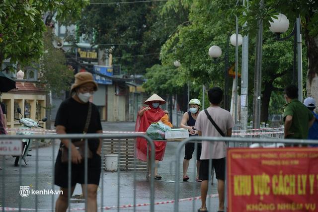Hà Nội: Người thân đội mưa tầm tã tiếp tế cho khu phong toả hơn 1.200 dân chợ Đại Từ - Ảnh 1.