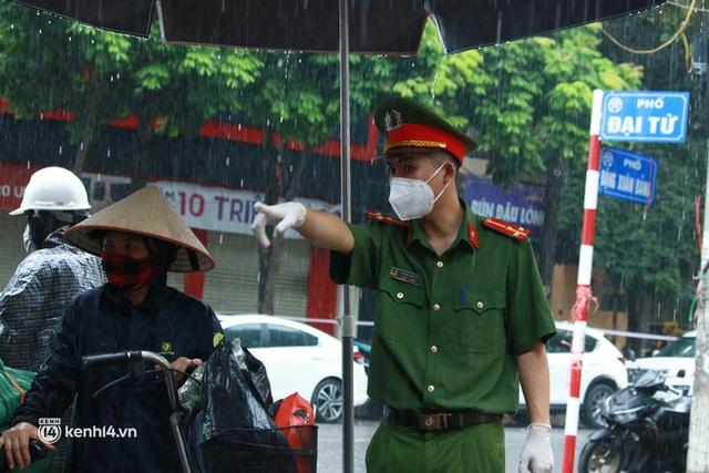 Hà Nội: Người thân đội mưa tầm tã tiếp tế cho khu phong toả hơn 1.200 dân chợ Đại Từ - Ảnh 2.