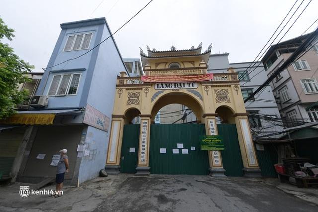 Hà Nội: Người thân đội mưa tầm tã tiếp tế cho khu phong toả hơn 1.200 dân chợ Đại Từ - Ảnh 11.