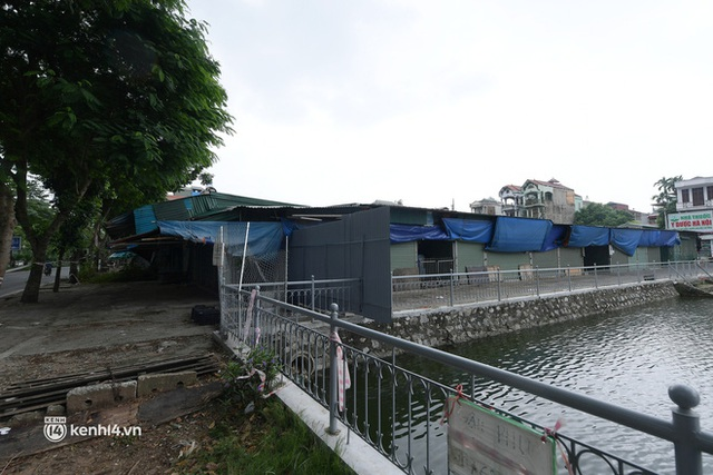 Hà Nội: Người thân đội mưa tầm tã tiếp tế cho khu phong toả hơn 1.200 dân chợ Đại Từ - Ảnh 12.