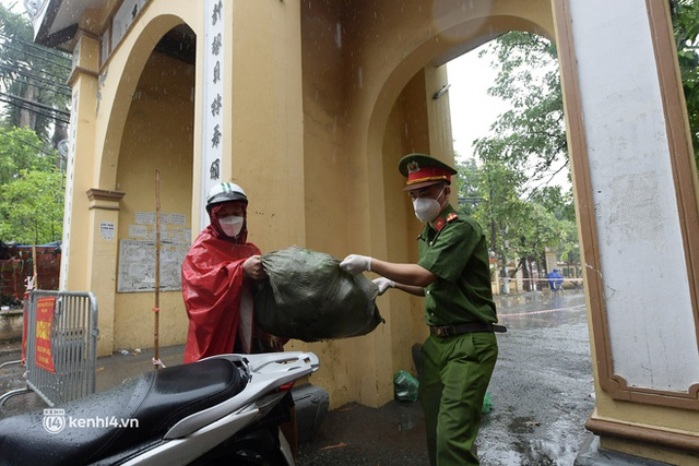 Hà Nội: Người thân đội mưa tầm tã tiếp tế cho khu phong toả hơn 1.200 dân chợ Đại Từ - Ảnh 3.