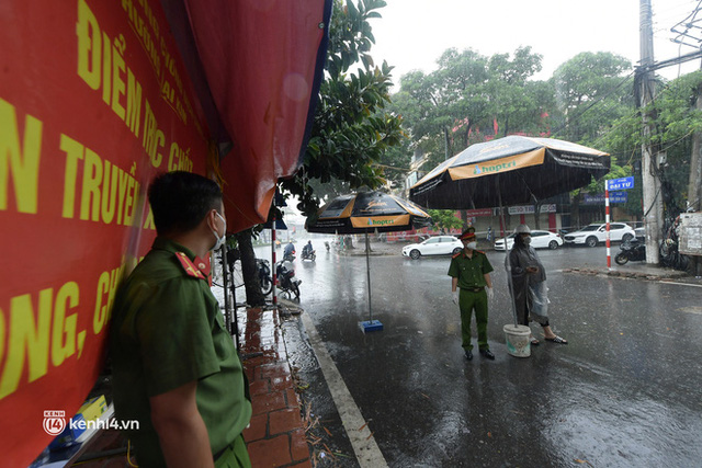Hà Nội: Người thân đội mưa tầm tã tiếp tế cho khu phong toả hơn 1.200 dân chợ Đại Từ - Ảnh 4.